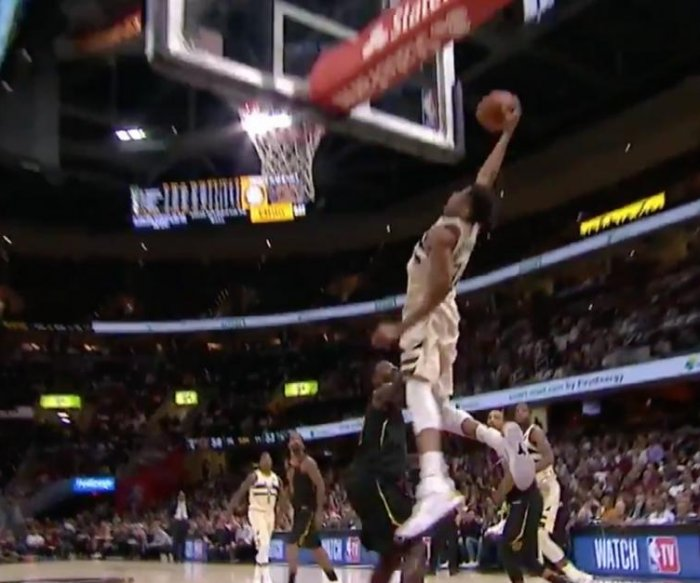 Antetokounmpo pulls off perplexing alley-oop dunk