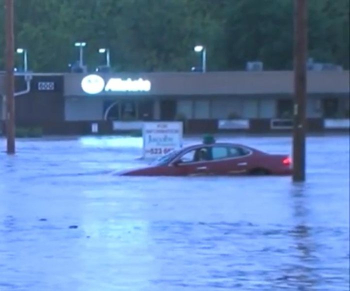Flash floods damage buildings, sweep away cars in Kansas City