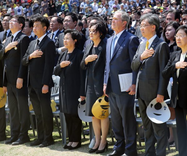 George W. Bush honors former President Roh Moo-hyun in South Korea