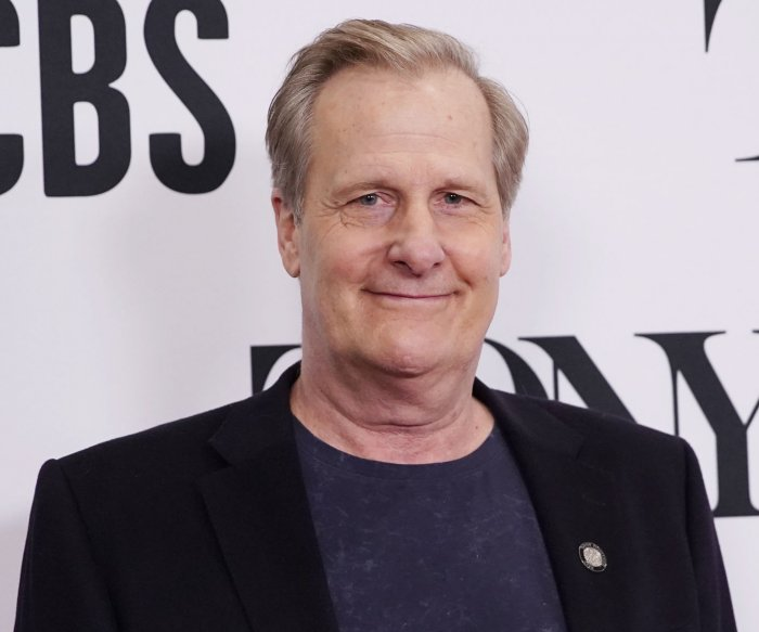 Jeff Daniels gets 'apolitical' in James Comey role