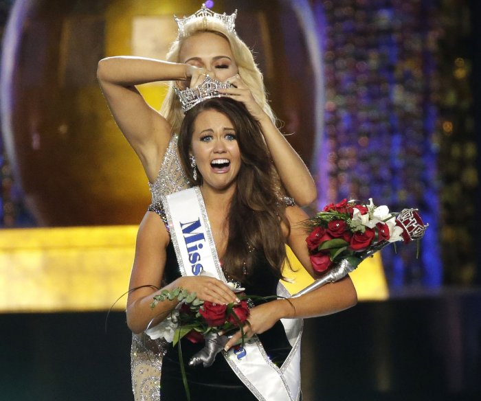 Cara Mund crowned Miss America 2018