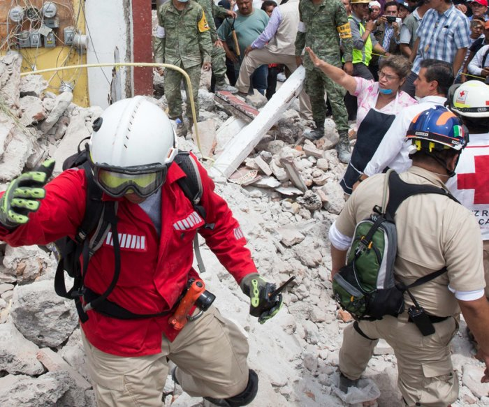 Mexico quake: Rescuers try to reach girl buried under school