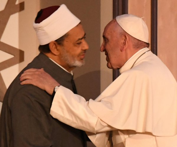 Pope Francis preaches unity, tolerance and non-violence at Cairo mass
