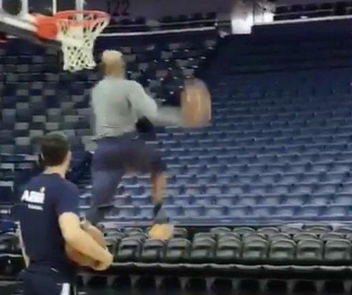 Watch: Vince Carter still crazy-dunking at 40