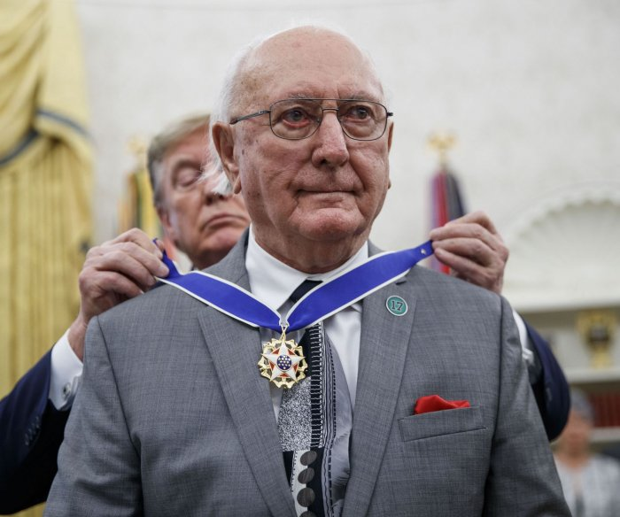 Former Celtics great Bob Cousy receives Medal of Freedom