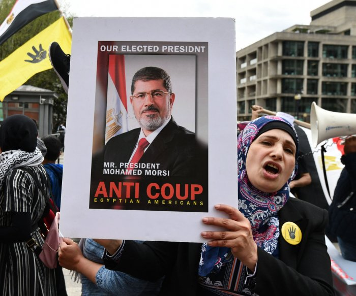 Ex-Egyptian President Mohamed Morsi faints, dies in courtroom