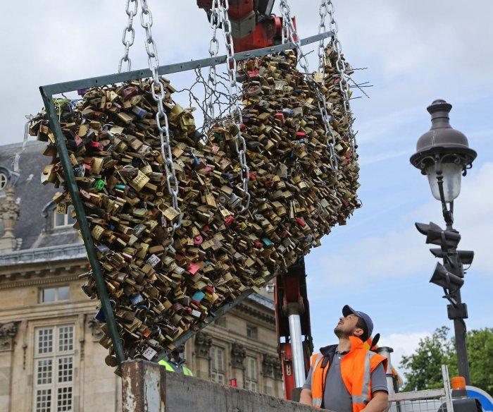 Removal of Love Locks in Paris