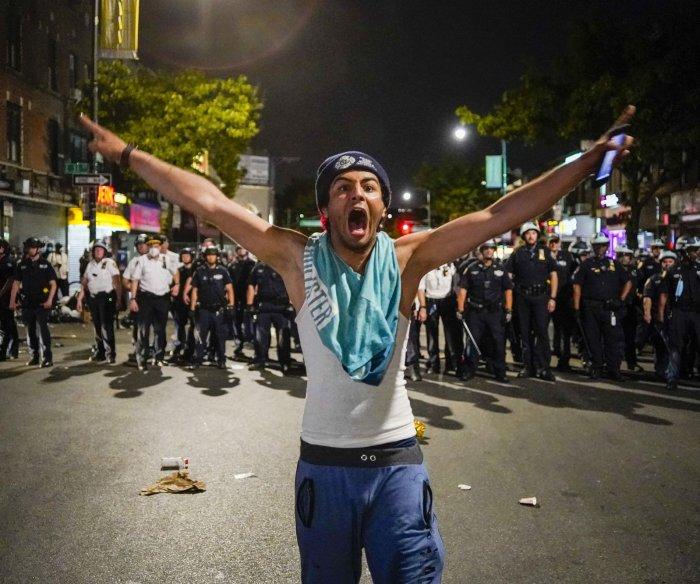 Protests turn violent in U.S. despite curfews; National Guards activated