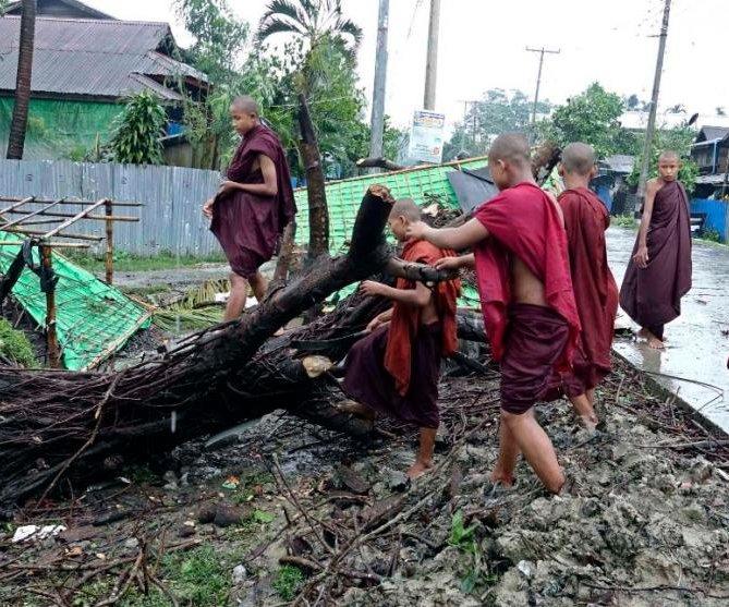 At least five dead as Cyclone Mora hits coastal Bangladesh