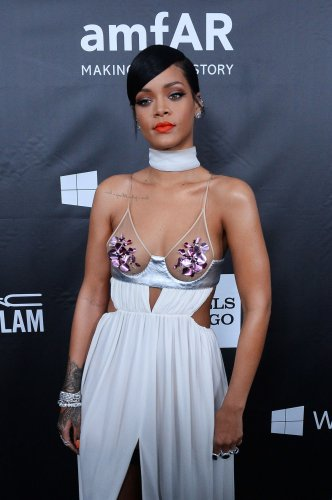 Drake rents billboard to congratulate Rihanna on VMA Vangard Award
