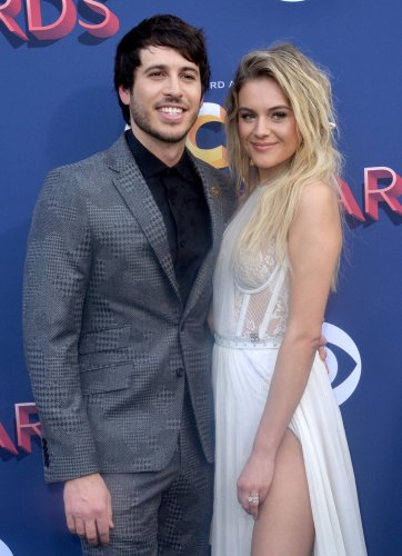 Kelsea-Ballerini,-Morgan-Evans-get-close-at-ACM-Awards