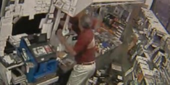 Store owner threw chili powder at armed robbers [VIDEO]