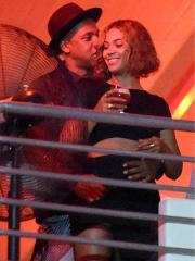 Jay Z and Beyoncé snuggle up at Made in America festival