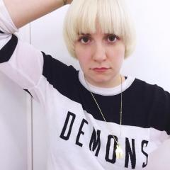 Lena Dunham dyes her hair platinum blonde