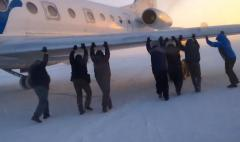 Brrrrr-ave passengers help push Russian icebound plane onto runway