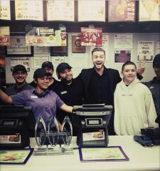Justin Timberlake poses with Taco Bell employees after the People's Choice Awards
