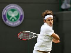 Federer wins easily in Rotterdam