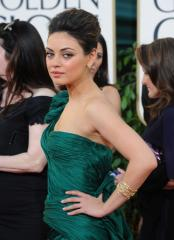 Kunis to hand out Oscars