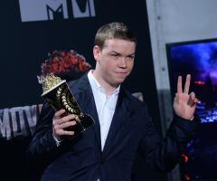 Jennifer Aniston fake texts Will Poulter as he accepts MTV Award for 'Best Kiss'