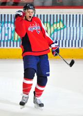 Carlson signs new contract with Capitals