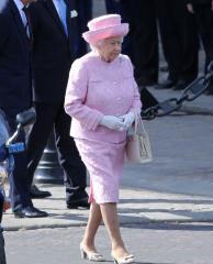 Queen Elizabeth II visits GOT's Iron Throne during trip to Titanic Studios in Belfast
