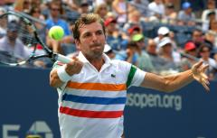 Benneteau ousts Federer in Rotterdam