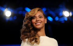 Beyonce fills New England Walmart with Christmas cheer