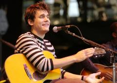 Mayer jokes at concert about rumors