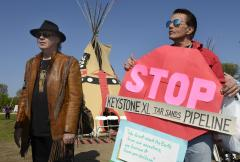 Neil Young, Willie Nelson to protest pipeline with concert