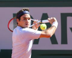 Federer advances after losing only two games in Brisbane quarters