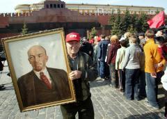Lenin: Keep him on display or bury him?