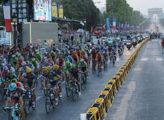 Spectators' selfies put Tour de France cyclists at risk