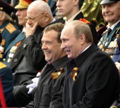 Medvedev pushes Putin for president