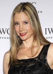 Mira Sorvino to guest star on Season 4 of 'Falling Skies'