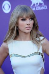 Swift considering Joni Mitchell role