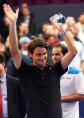 Federer advances to second round in Paris