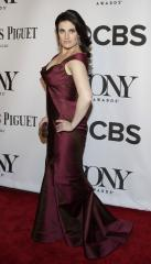 Idina Menzel recovers from wardrobe malfunction with grace