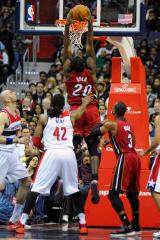 Former No. 1 pick Greg Oden plays and dunks in first NBA game since 2009