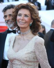 Sophia Loren writing a memoir