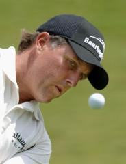 Mickelson has 1-shot lead at Colonial