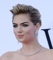 Justin Verlander tosses baseball to girlfriend Kate Upton