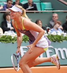 Maria Sharapova claims spot in French Open quarterfinals
