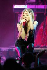 Avril Lavigne screams, flees stage during performance