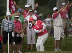 Feng moves to No. 5 in women's golf