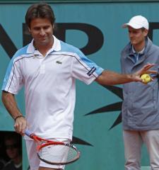Santoro wins twice to reach semifinals