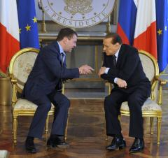 Berlusconi scrambles to hold on to power