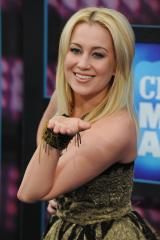 McGraw, Pickler to be CMA Award presenters