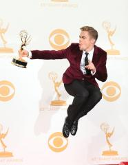 Derek Hough injures back; may not dance Monday night