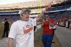 Wes Welker hands out $100 bills to strangers at the Kentucky Derby