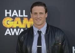Swimmer Ryan Lochte tears knee ligament during fan encounter